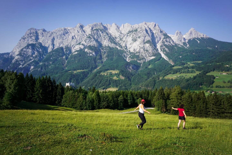 Gschwandtanger Wiese, Aussicht auf das Tennengebirge mit Burg Hohenwerfen, Do Re Mi Sound of Music Film Location