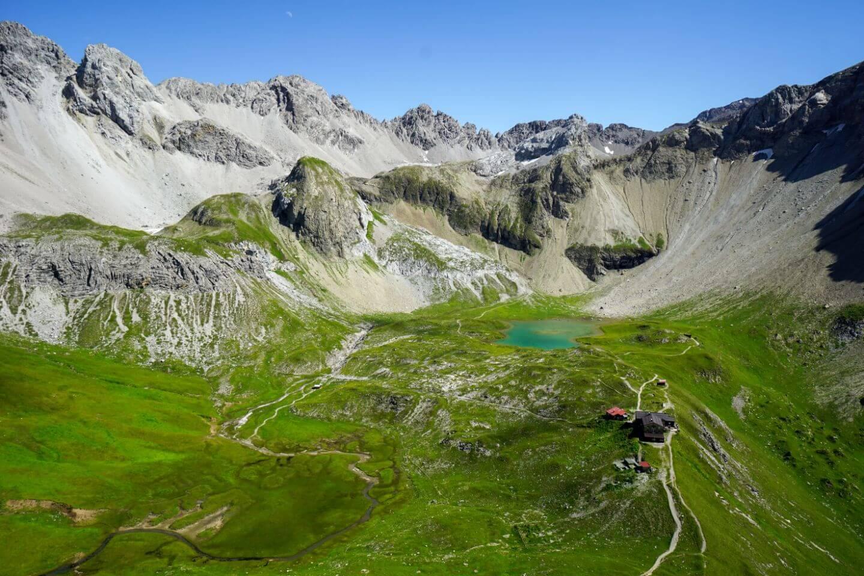 Blick vom Seekofel auf die Memminger Hütte mit Seewisee, Lechtaler Alpen, Österreich