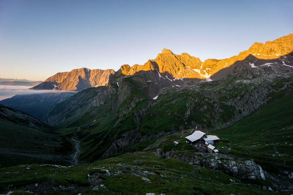 Württemberger Haus beim Sonnenaufgang, DAV-Schutzhütte im Kessel des Obermedriol in den Lechtaler Alpen, Tirol