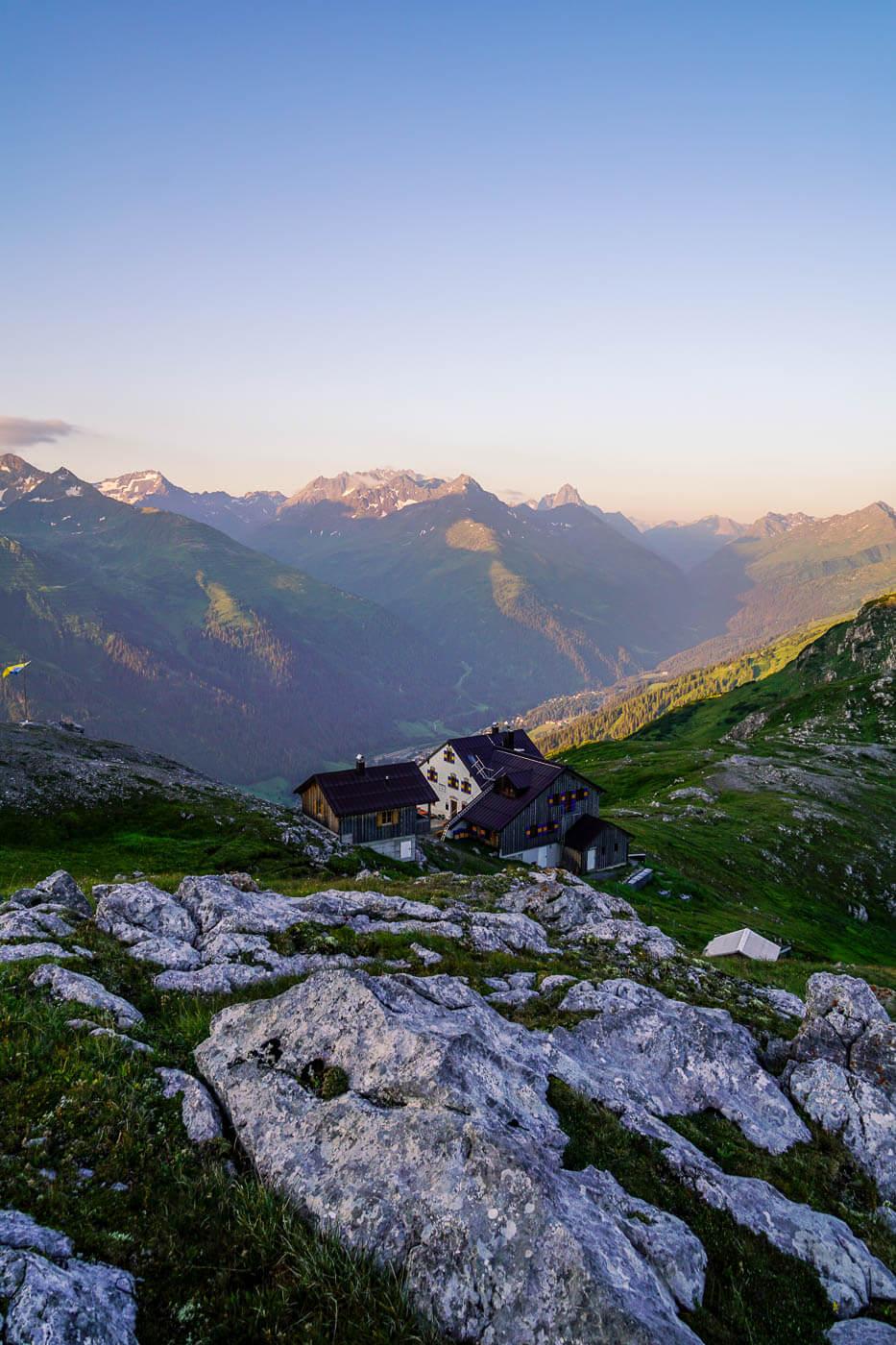 Leutkircher Hütte mit dem Verwall im Hintergrund, Lechtaler Alpen, Österreich
